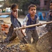 Παιδιά-σκλάβοι κάτω των έξι ετών στην Ινδία.