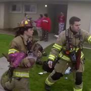 Ένας πυροσβέστης με κάμερα στο κράνος μπαίνει στην φωτιά.