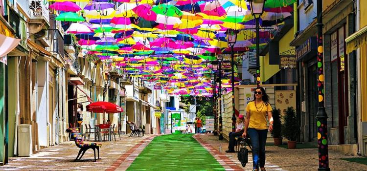 Εκατοντάδες Ομπρέλες αιωρούνται πάνω από δρόμους στην Πορτογαλία.