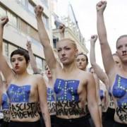 Γυμνόστηθη πορεία από τις Femen.